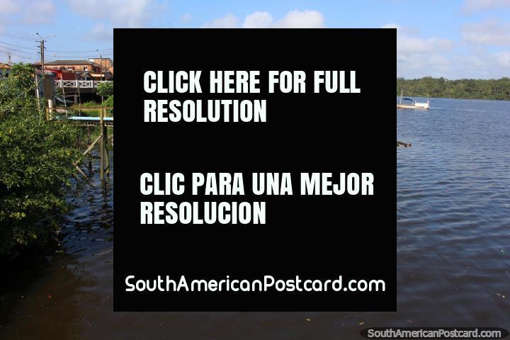 Barcos en el Río Oyapock, algunos amarrados, algunos viajes, en Oiapoque. (720x480px). Brasil, Sudamerica.