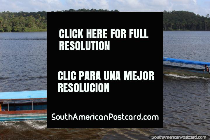 Barcos de pasajeros cruzan en el Río Oyapock en Oiapoque, la frontera entre Brasil y la Guayana Francesa. (720x480px). Brazil, Sudamerica.