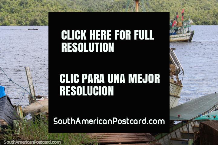 2 barcos de pesca no Rio Oyapock em Oiapoque. (720x480px). Brasil, América do Sul.