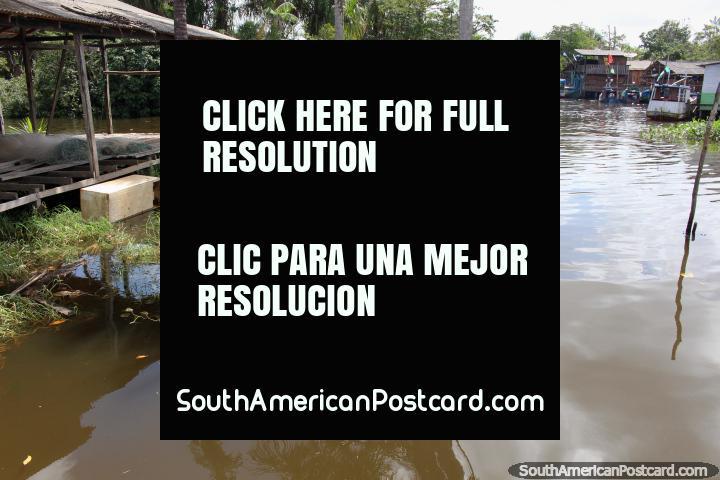 Uma comunidade que vive em uma área aquosa acima do rio em Oiapoque. (720x480px). Brasil, América do Sul.