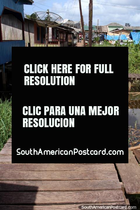 Casas que se accede por un paseo marítimo sobre el río en el extremo más alejado de Oiapoque. (480x720px). Brasil, Sudamerica.