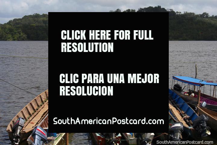 Os barcos amarrados em Oiapoque apontam para os barrancos de Guiana Francesa. (720x480px). Brasil, América do Sul.