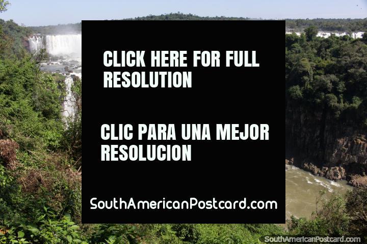 A Viagem de Safári Macuco toma-o perto das cachoeiras em barcos, Foz do Iguaçu. (720x480px). Brasil, América do Sul.