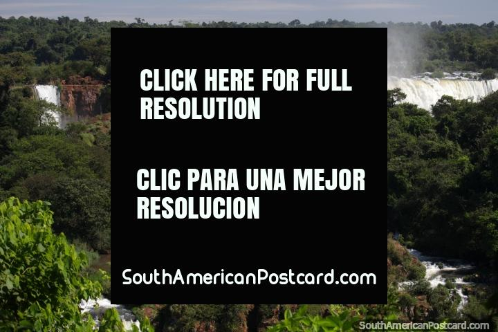 Uma parede branca pura de água e jardins de rocha, dever vê, Foz do Iguaçu. (720x480px). Brasil, América do Sul.