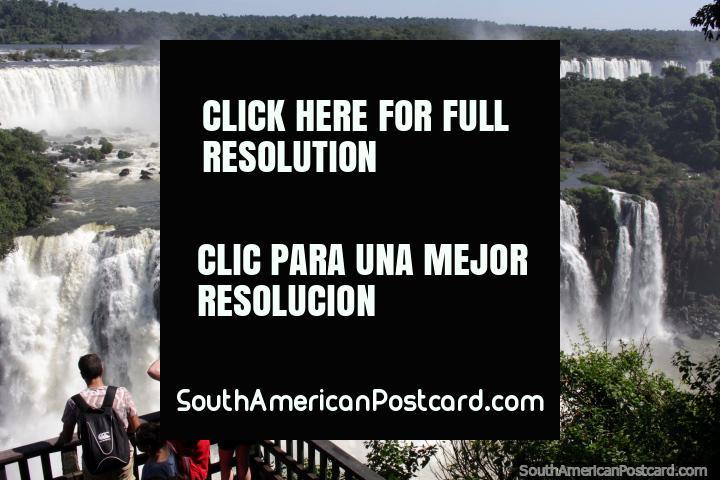 Galones de agua que brota feroz y un fuerte rugido, el espectacular Foz do Iguacu. (720x480px). Brasil, Sudamerica.