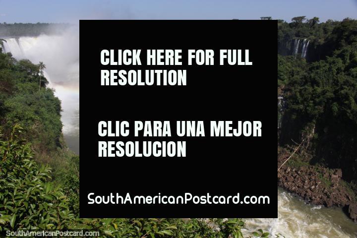 O arco-ïris permanente acima do rio e cachoeiras em Foz do Iguaçu. (720x480px). Brasil, América do Sul.