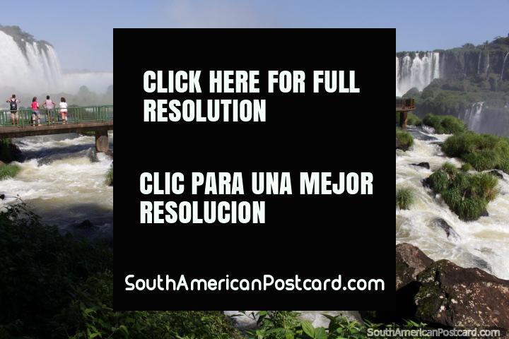Usted está a punto de conseguir un poco húmedo! Al salir hacia el corazón de la Garganta del Diablo en Foz do Iguacu. (720x480px). Brasil, Sudamerica.