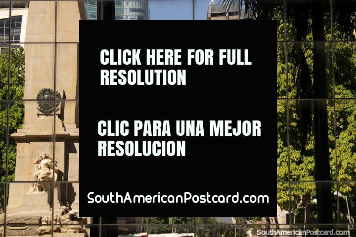 Edificios y monumento en Río de Janeiro reflejan en las ventanas de un edificio moderno. (720x480px). Brasil, Sudamerica.