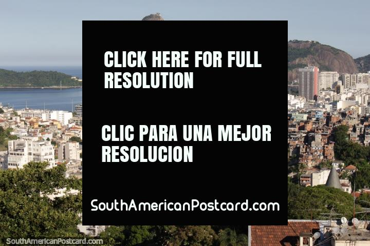 Um favela senta-se entre Santa Teresa e o Monte Pão de açúcar em Rio de Janeiro. (720x480px). Brasil, América do Sul.