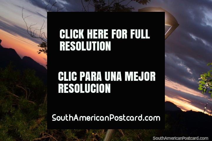 Buenas noches Río de Janeiro, una hermosa puesta de sol de color naranja y rojo sobre las montañas. (720x480px). Brasil, Sudamerica.