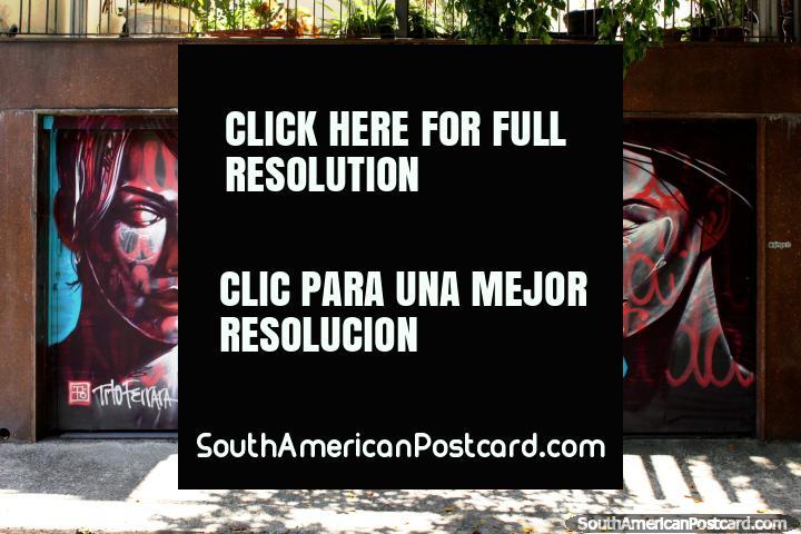 Como 3 mulheres de um vïdeo de Robert Palmer, grande mural em Vila Madalena em São Paulo. (720x480px). Brasil, América do Sul.