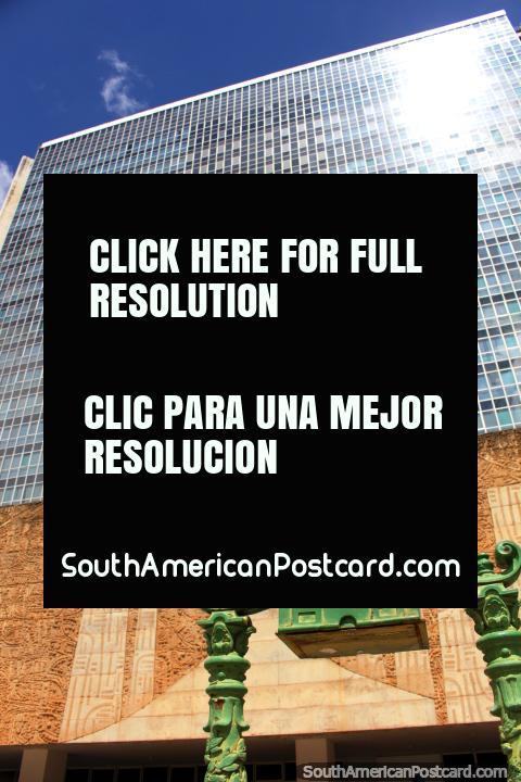 Correio, el edificio de correos de Brasilia y un antiguo buzón de metal verde. (480x720px). Brasil, Sudamerica.