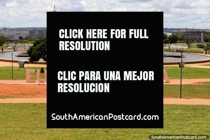 O parque entre a torre de TV e o terminal de ônibus em Brasïlia, edifïcios do governo na distância distante. (720x480px). Brasil, América do Sul.