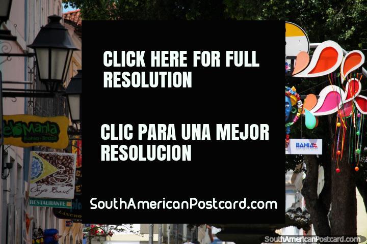 Letreros, farolas y color, el centro histórico de Salvador. (720x480px). Brasil, Sudamerica.