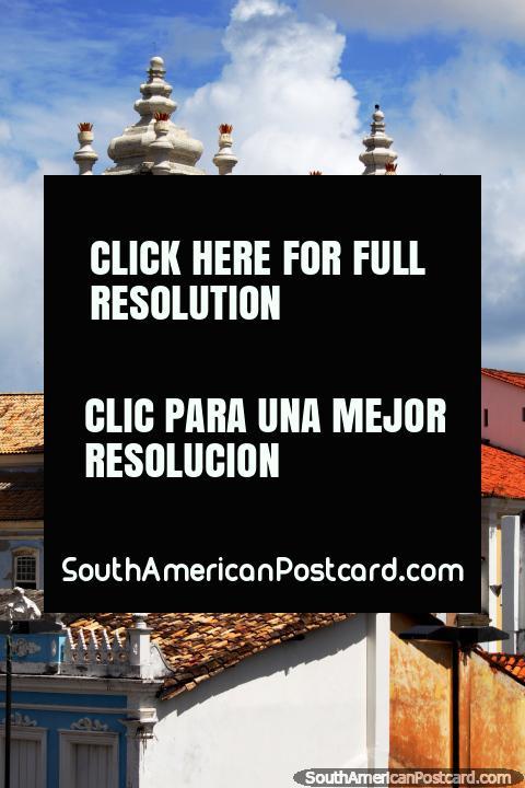 Igreja histórica com torres azuis em Pelourinho, o Salvador. (480x720px). Brasil, América do Sul.