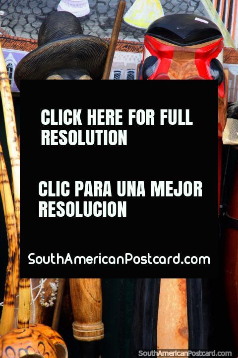 Um velho homem e uma criação com lïngua, entalhos de madeira, ofïcios no Salvador. (480x720px). Brasil, América do Sul.