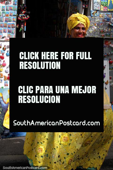 A cultura africana no Salvador é evidente, mulher no amarelo e uma pintura também. (480x720px). Brasil, América do Sul.