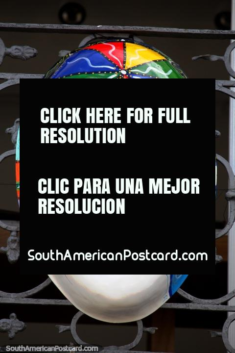 Máscara de cara colorida com um guarda-chuva na testa, carnaval de Salvador. (480x720px). Brasil, América do Sul.