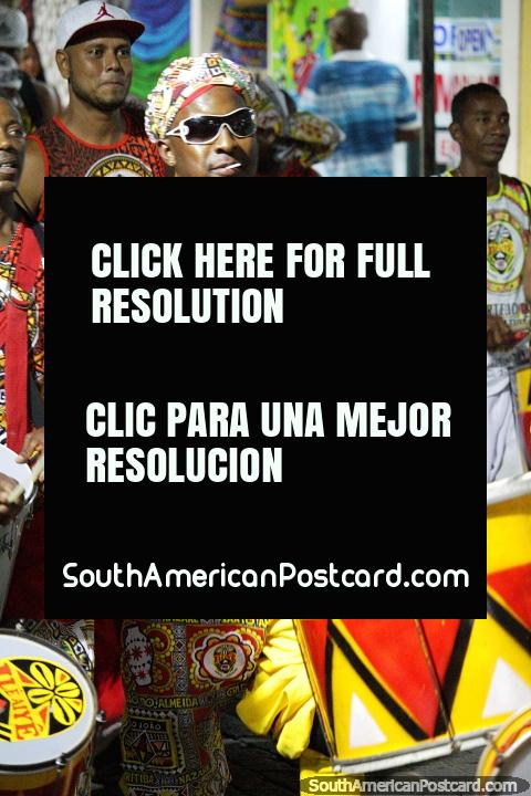 Os tambores golpeiam pelas ruas do Salvador cada noite do carnaval. (480x720px). Brasil, América do Sul.