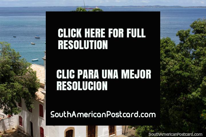 Iglesia blanca, palmeras y vistas al mar, un agradable paseo hasta el mar en Salvador. (720x480px). Brasil, Sudamerica.