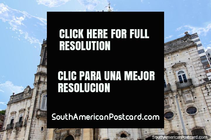 Uno de los muchos antiguos edificios históricos en la zona portuaria de Salvador. (720x480px). Brasil, Sudamerica.
