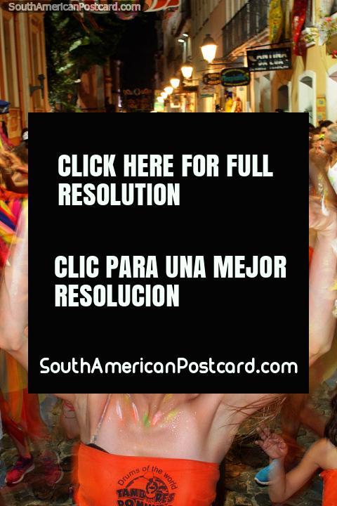 Un mar de coloridos bailarines con pintura de cara fluyen por las calles de Salvador para el carnaval. (480x720px). Brazil, Sudamerica.