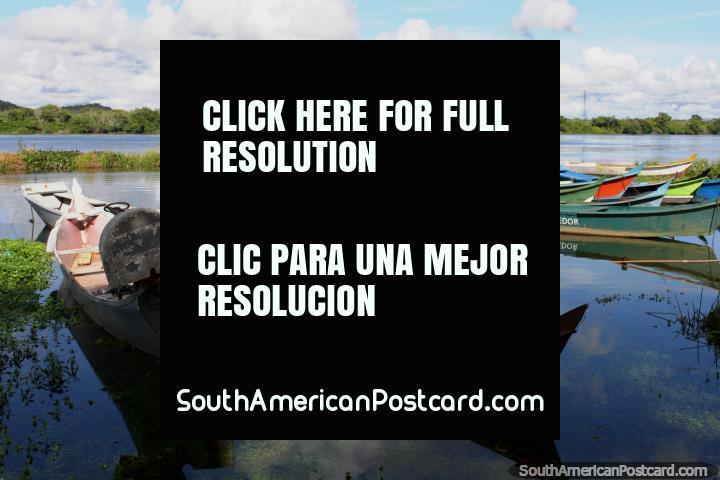 Canoas de río amarradas en Penedo en el Río Sao Francisco, aguas tranquilas. (720x480px). Brazil, Sudamerica.
