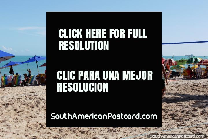 O voleibol de praia e outras atividades estão disponïveis em Praia de Pajuçara em Maceio. (720x480px). Brasil, América do Sul.