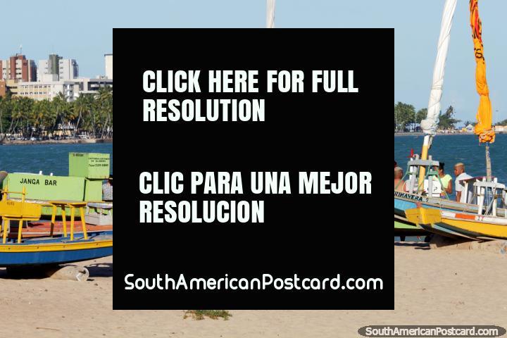 Alquile pequeños yates de madera en la Playa Pajucara y navegue, Maceio! (720x480px). Brasil, Sudamerica.