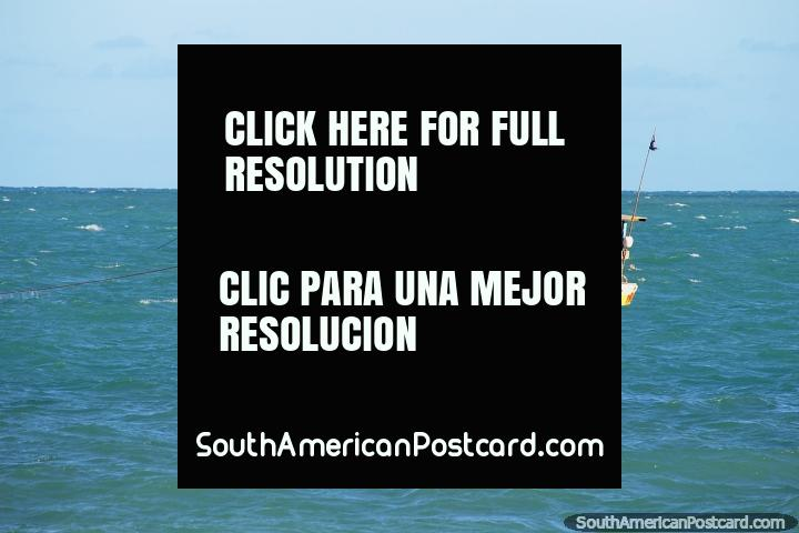 O barco de pesca senta-se nas águas de Maceio na costa do norte. (720x480px). Brasil, América do Sul.