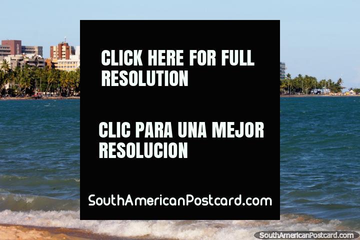 El mar y la playa tiene un telón de fondo de palmeras y edificios en Maceió. (720x480px). Brasil, Sudamerica.