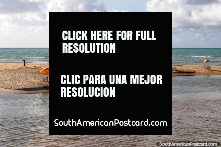 Como algo de una cubierta del álbum de Pink Floyd, una playa vacía temprano en la mañana en Maceio. (720x480px). Brasil, Sudamerica.