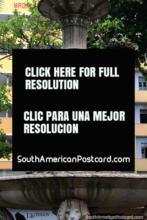 Fonte com figuras femininas em Maciel Pinheiro Square em Recife. (480x720px). Brasil, América do Sul.