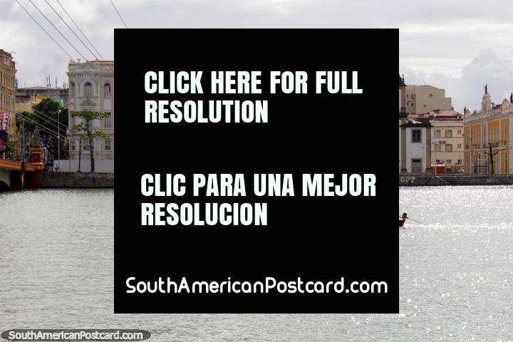 O rio em Recife e a igreja distante - Igreja da Madre de Deus, a canoa de rio passa. (720x480px). Brasil, América do Sul.