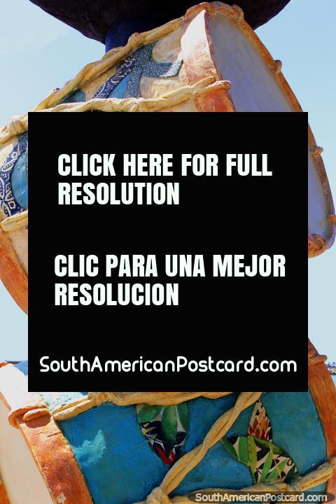 Tambores apilados, un monumento en Marco Zero en Recife. (480x720px). Brasil, Sudamerica.