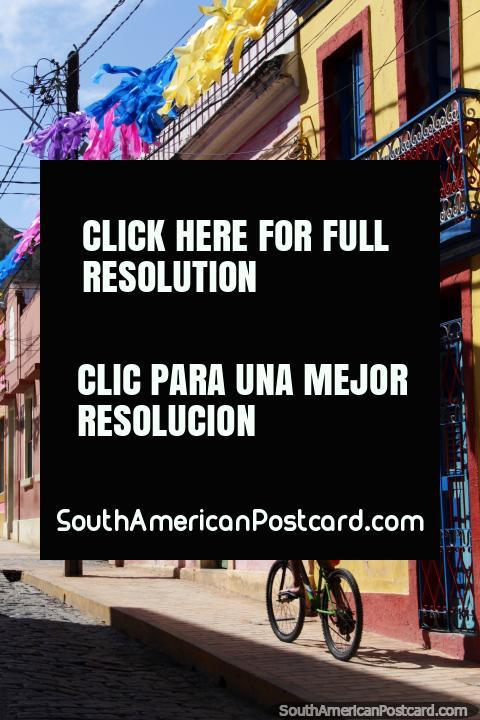 El hombre monta una bicicleta por las viejas calles de Olinda, balcón de hierro y calle empedrada. (480x720px). Brasil, Sudamerica.