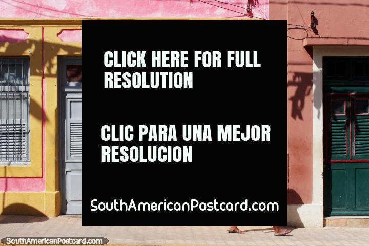 Persianas y puertas de madera, casas de color pastel en Olinda. (720x480px). Brasil, Sudamerica.