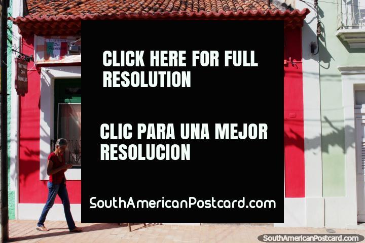 Uma fachada de loja vermelha em Olinda com porta de madeira e telhado coberto com telhas. (720x480px). Brasil, América do Sul.