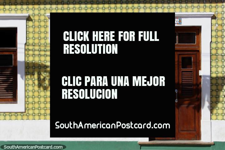 Belas folhas de janela de janela marrons e porta desta casa em Olinda. (720x480px). Brasil, América do Sul.