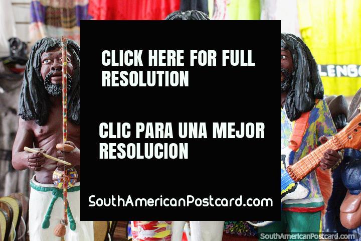 3 músicos de reggae tocam os seus instrumentos, estatuetas de terracota e arte de Olinda. (720x480px). Brasil, América do Sul.