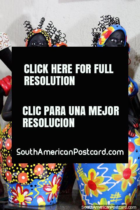 As mulheres em vestidos coloridos têm o cabelo elástico, estatuetas de terracota de Olinda. (480x720px). Brasil, América do Sul.