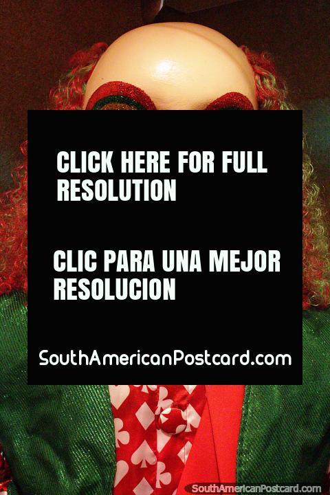 Payaso calvo con traje rojo y verde y el mismo color de pelo, Olinda Bonecos. (480x720px). Brasil, Sudamerica.