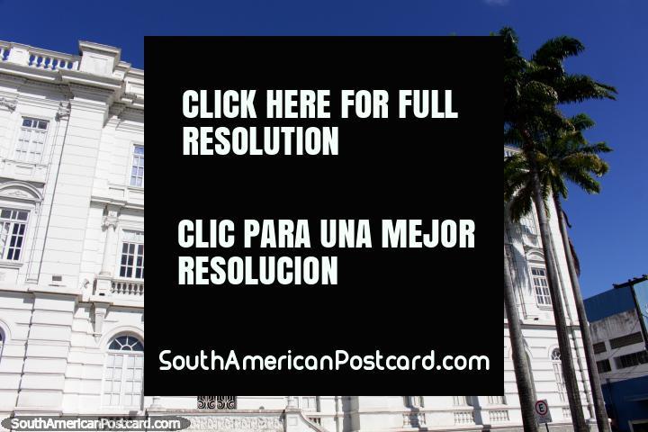 Telegraphos, o enorme edifïcio postal branco com altas palmeiras do lado de fora em Joao Pessoa. (720x480px). Brasil, América do Sul.