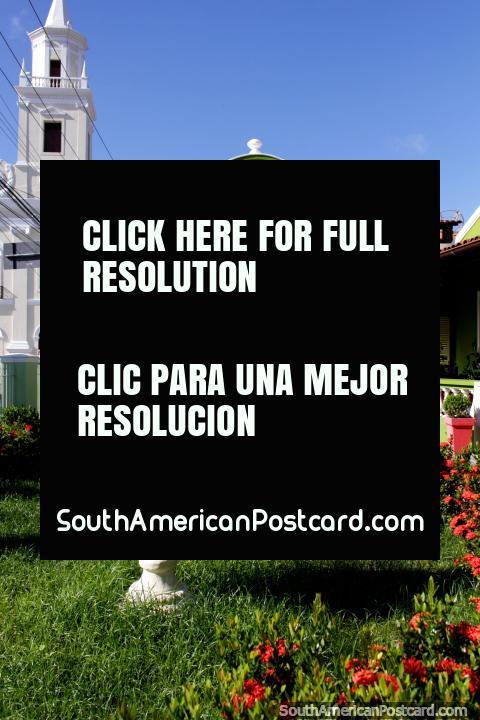 Café 17 em Joao Pessoa, edifïcio verde histórico e jardins bonitos e flores. (480x720px). Brasil, América do Sul.