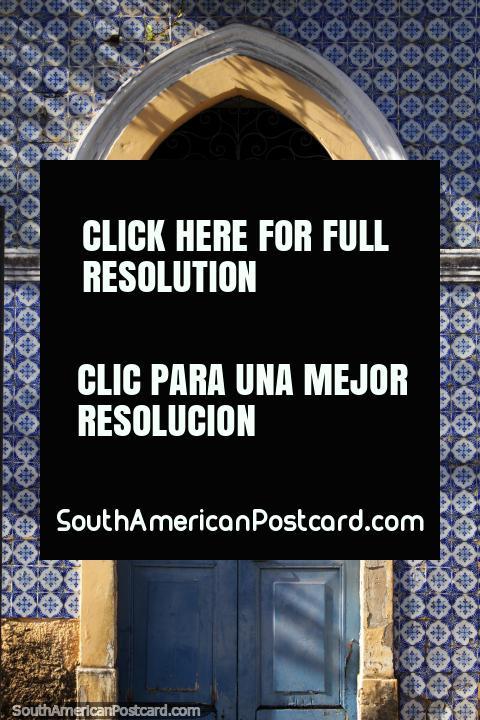 Velha porta do Quarto de Telha Azul em Joao Pessoa, DOS de Casarao Azulejos. (480x720px). Brasil, América do Sul.