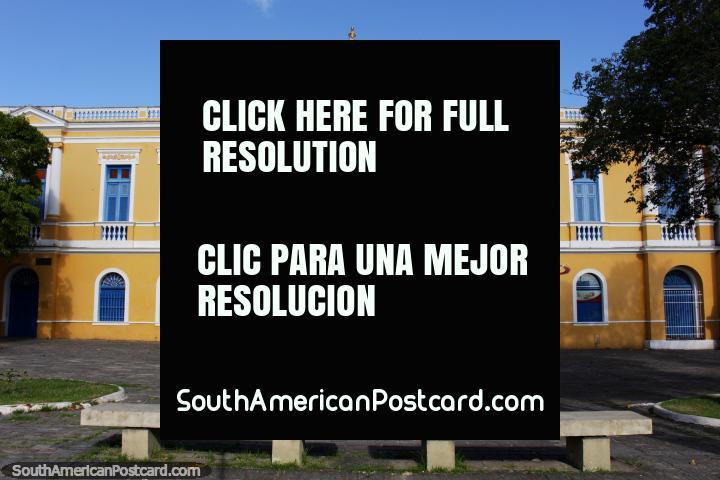 Palácio de Bispo, belo edifïcio amarelo com folhas de janela de janela azuis e colunas brancas em Joao Pessoa. (720x480px). Brasil, América do Sul.