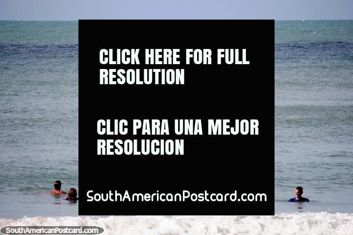 Pessoas em um caiaque que espera por delfins para emergir na praia em Pipa. (720x480px). Brasil, América do Sul.