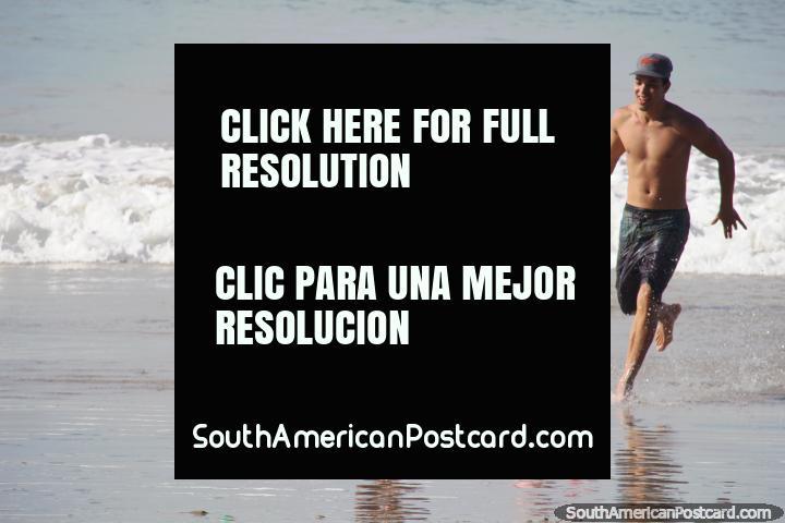 Divertimento na água e sol na praia em Pipa. (720x480px). Brasil, América do Sul.
