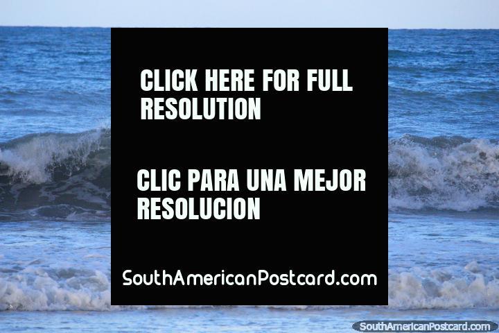 Un surfista joven en las olas en la playa de Ponta Negra en Natal. (720x480px). Brasil, Sudamerica.