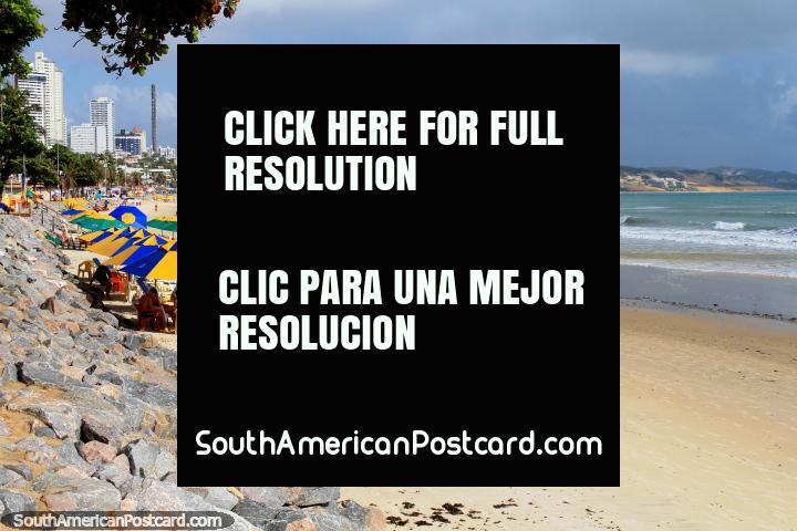 Mirando hacia el norte a lo largo de la playa de Ponta Negra, arenas blancas y sombrillas brillantes, Natal. (720x480px). Brasil, Sudamerica.